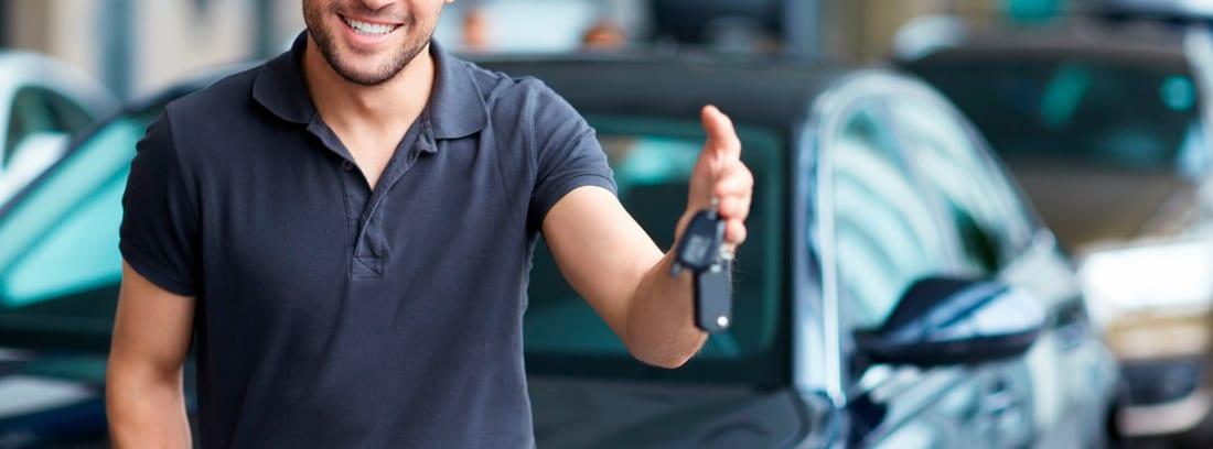 Hombre mostrando las llaves de un coche nuevo