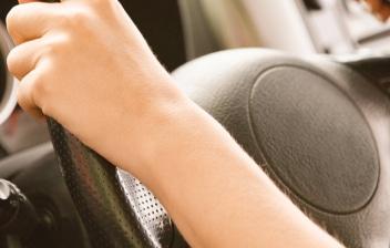 Manos sobre un volante de coche