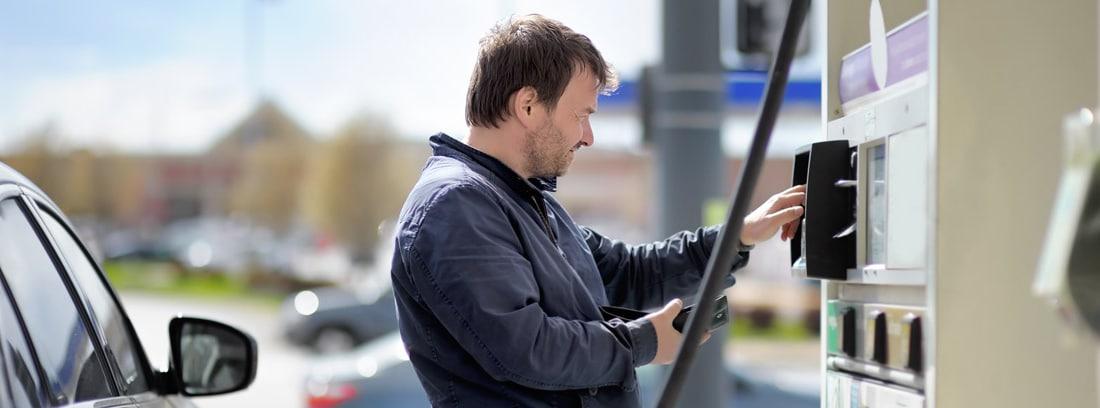 Hombre repostando en una gasolinera