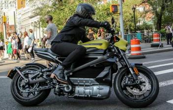 Mujer conduciendo la nueva Harley-Davidson Livewire Electric por la ciudad