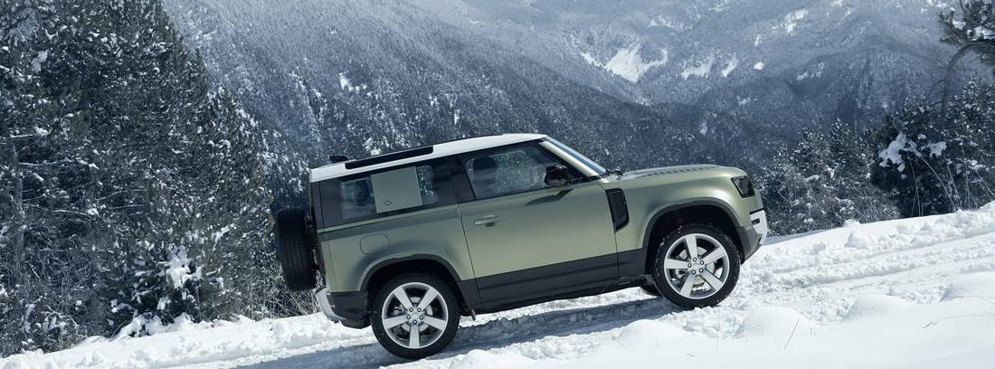 Land Rover Defender en la nieve