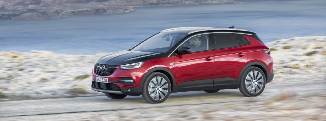 Opel Grandland Hybrid4 en paisaje