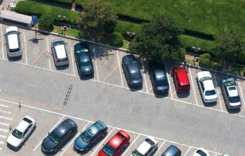 Vista aérea de una zona de aparcamiento