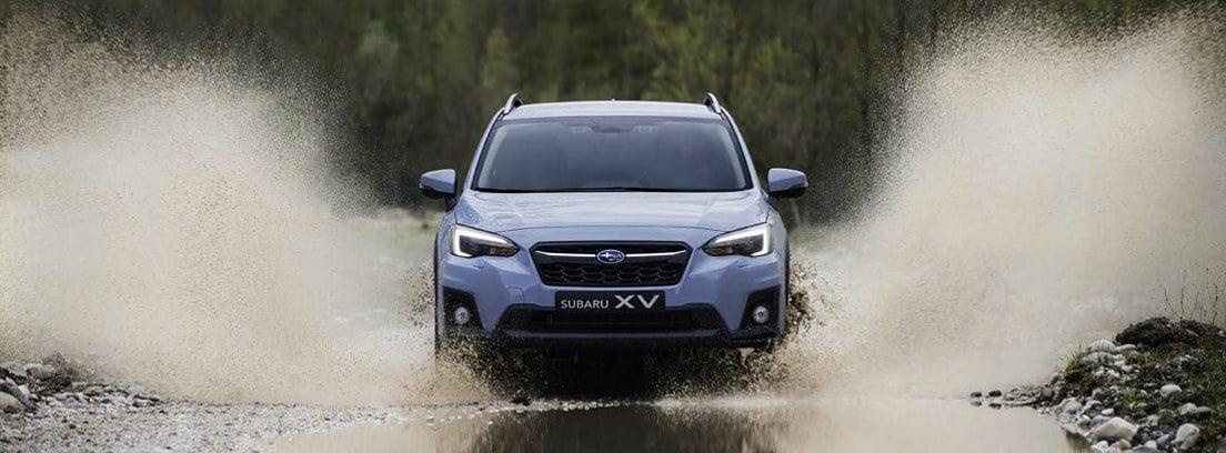 "Subaru XV ""Eco Hybrid"" atravesando un charco de agua"