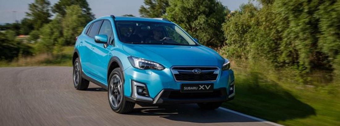 "Subaru XV ""Eco Hybrid"" color Lagoon Blue Pearl conduciendo por la carretera."