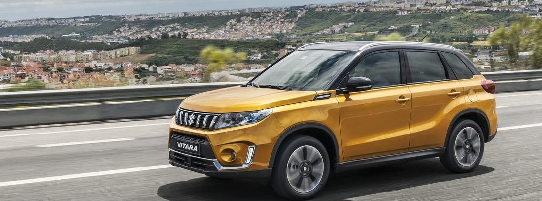 Suzuki Vitara conduciendo por la carretera