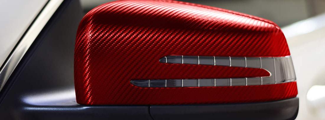 Retrovisor de coche vinilado con pegatinas de carbono de color rojo