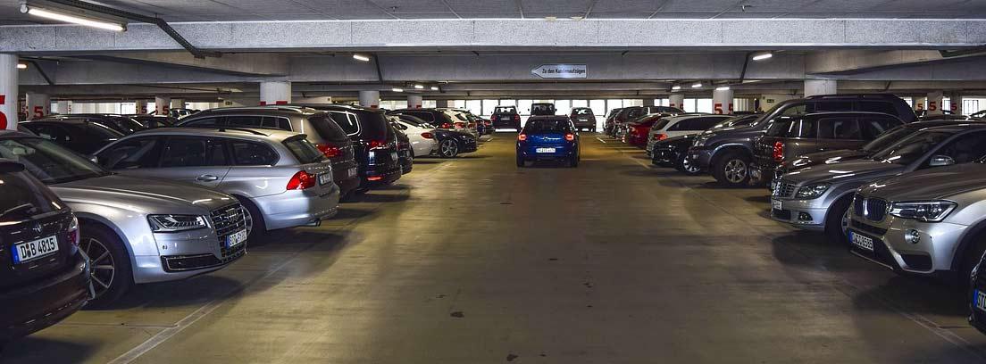 Parking público con varios coches aparcados