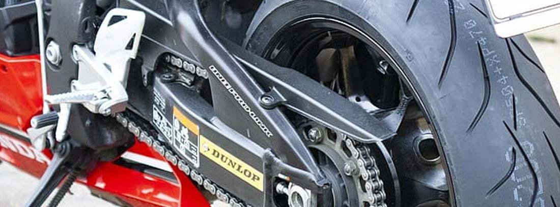 Primer plano de una rueda unida a la moto por el basculante