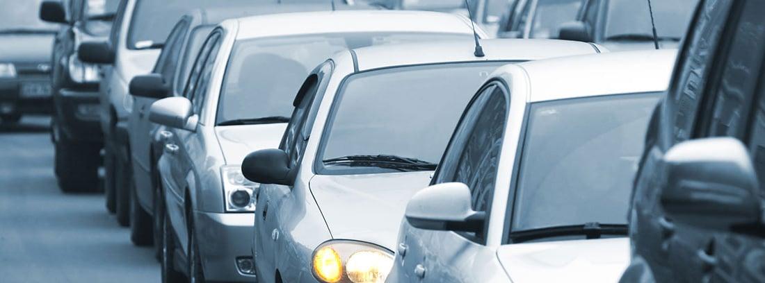 Varios coches detenidos en un atasco
