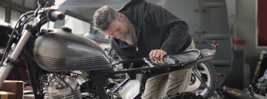 Hombre reparando una moto