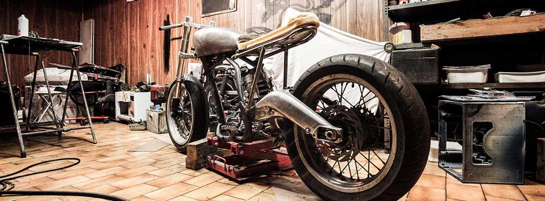 Moto en un taller de reparación
