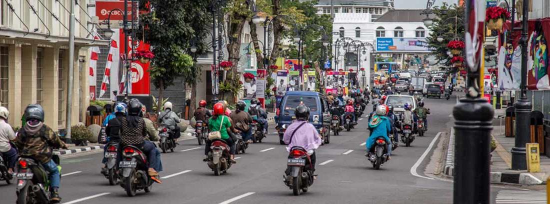 Motos circulando por una carretera