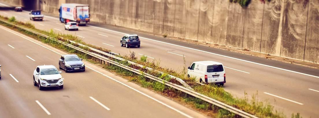Varios coches circulando por una carretera