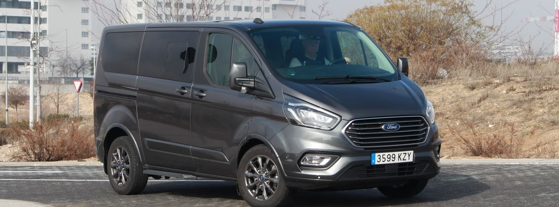 Furgoneta Ford Tourneo Custom en color gris mate