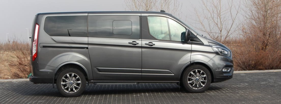 Furgoneta Ford Tourneo Custom en color gris mate de perfil