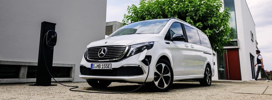 Mercedes EQV cargando