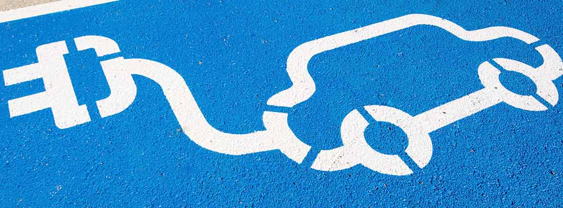 Plaza de aparcamiento azul con un dibujo de un coche eléctrico