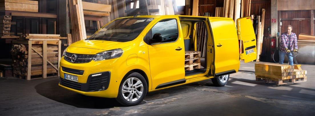 Hombre cargando Opel Vivaro Electrica