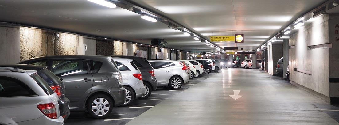 Vehículos aparcados en el interior de un parking