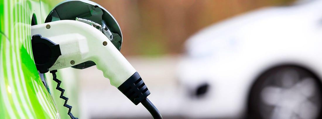 Cable de carga conectado a un coche eléctrico