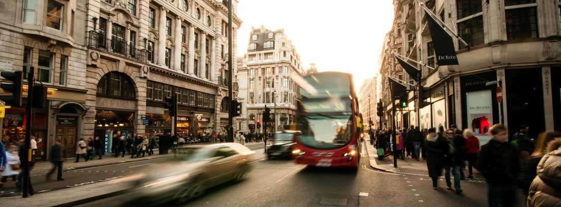 Autobús circulando por el centro de una ciudad