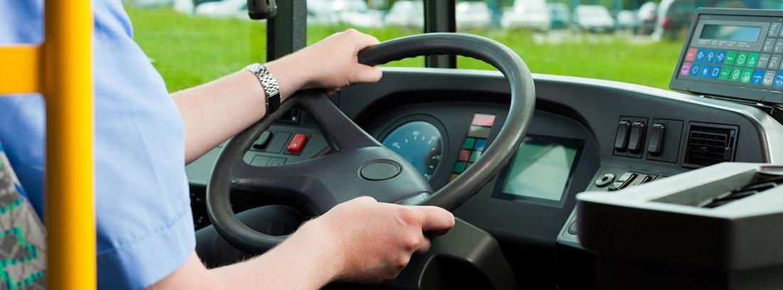 Mujer conduciendo un autobús