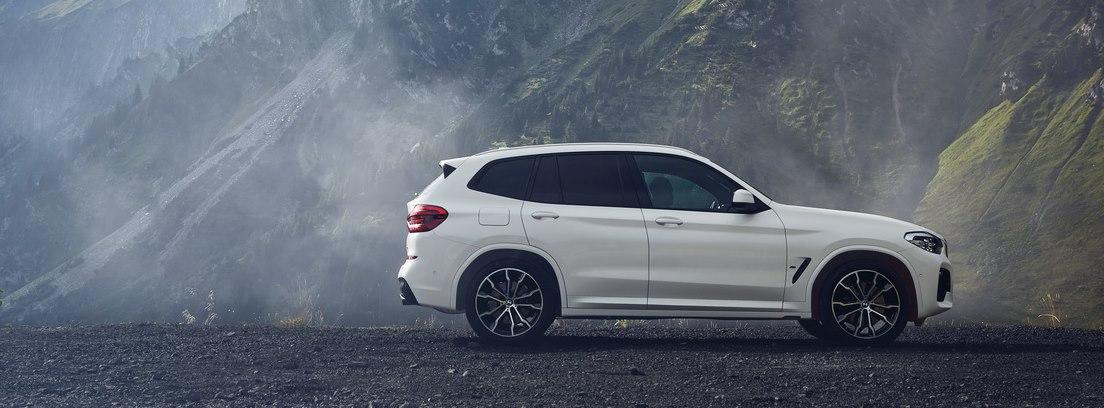 visión lateral del BMW X3 xDrive30e en un paisaje de montañas