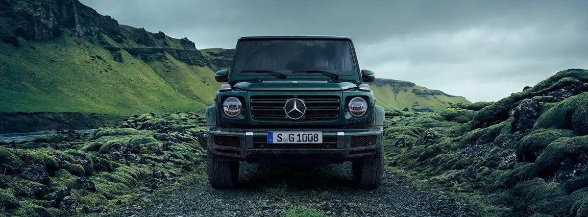 Mercedes Clase G en verde circulando por un camino