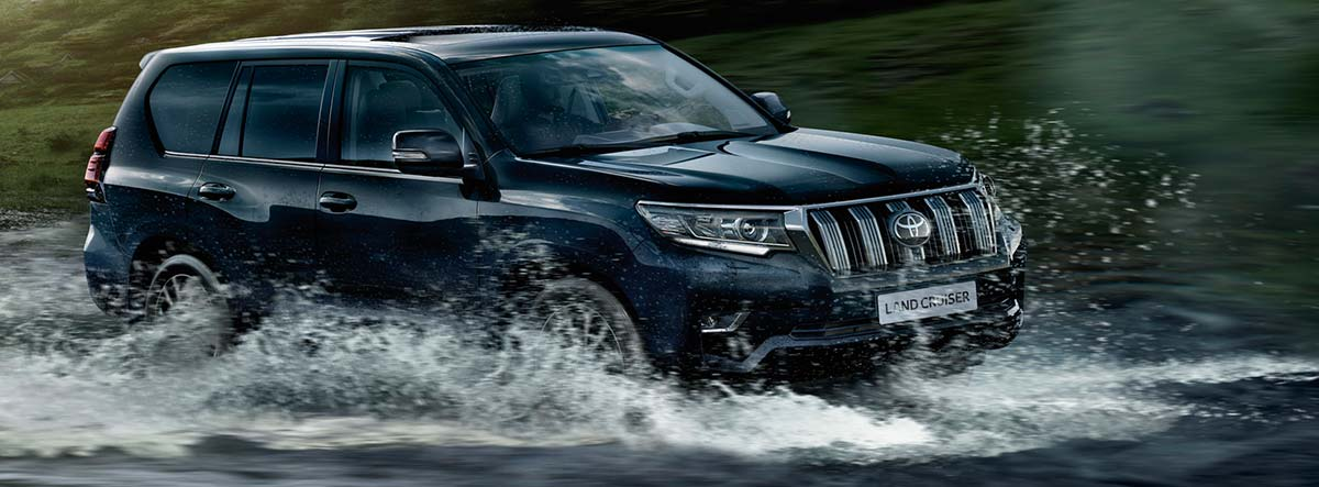 Toyota Land Cruiser cruzando un río