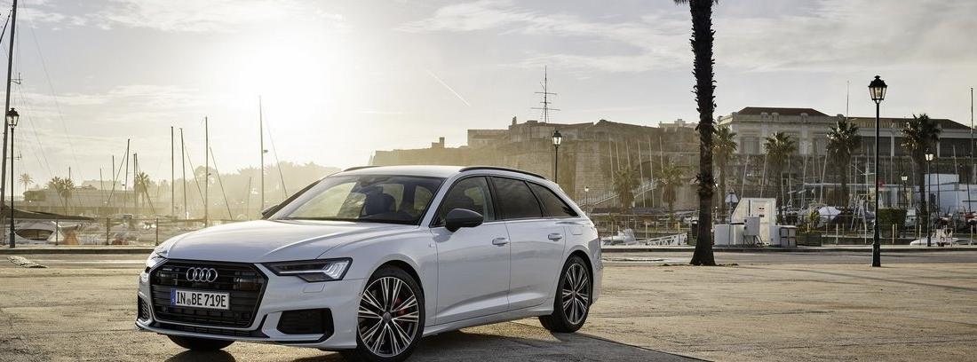 Audi A6 TFSIE blanco estacionado