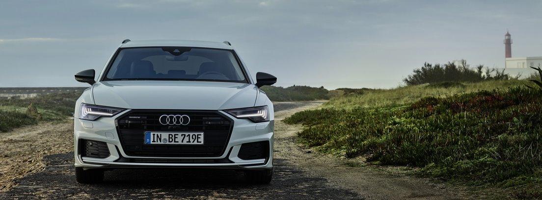 Audi A6 blanco en camino de tierra