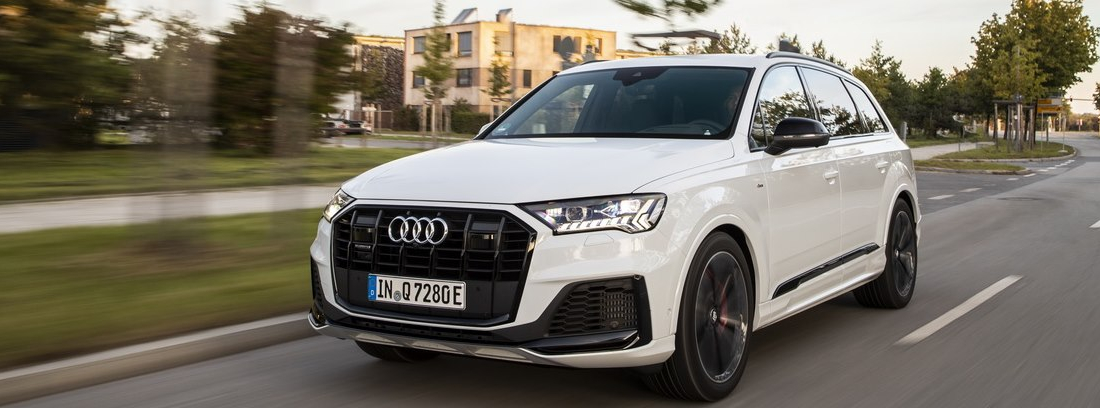 Audi Q7 blanco en movimiento