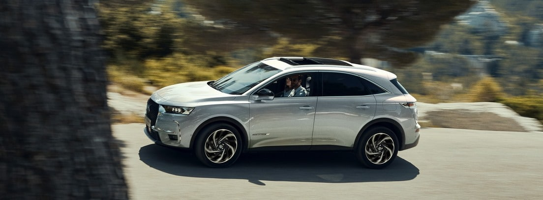 DS 7 Crossback E-Tense 225 color blanco en carretera