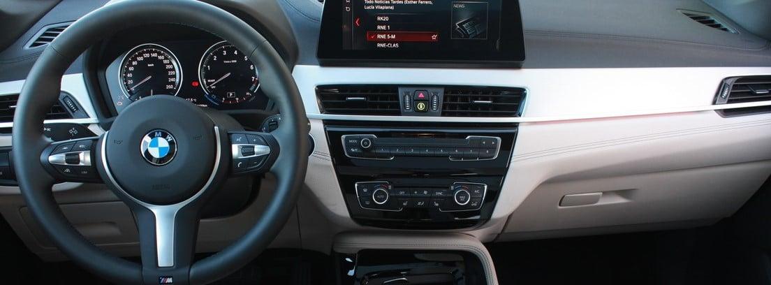vista del salpicadero del BMW X1 SDrive18i M Sport
