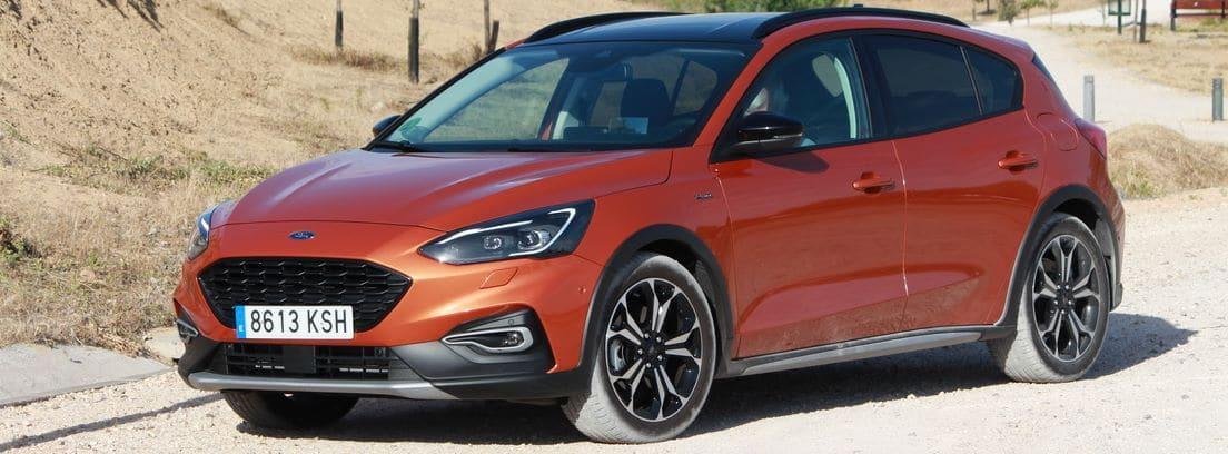 Ford Focus active 1.5 ecoboost 150 cv aut color naranja, en carretera.