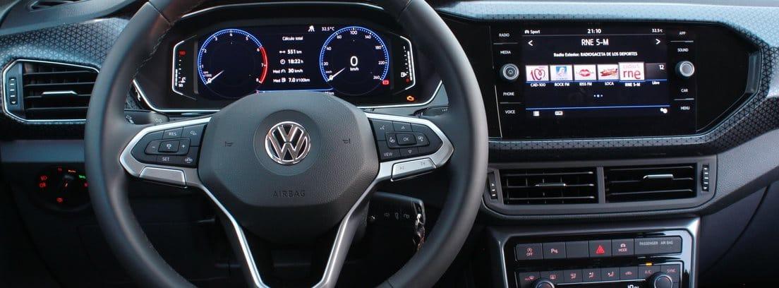 Interior del Volkswagen T-Cross 1,0 TSI de 115 CV: volante y salpicadero.