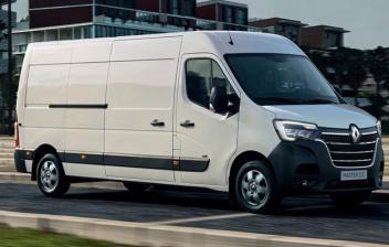 Vista lateral de un furgón blanco Renault Master ZE