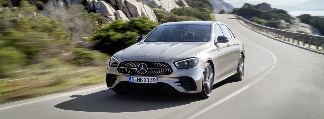 Mercedes Clase E gris en carretera