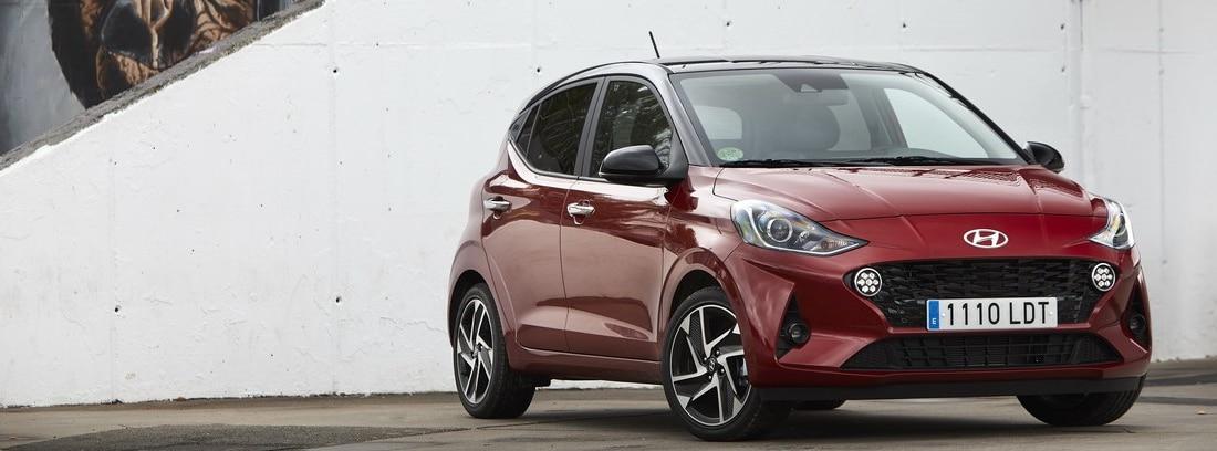 Hyundai i10 rojo estacionado