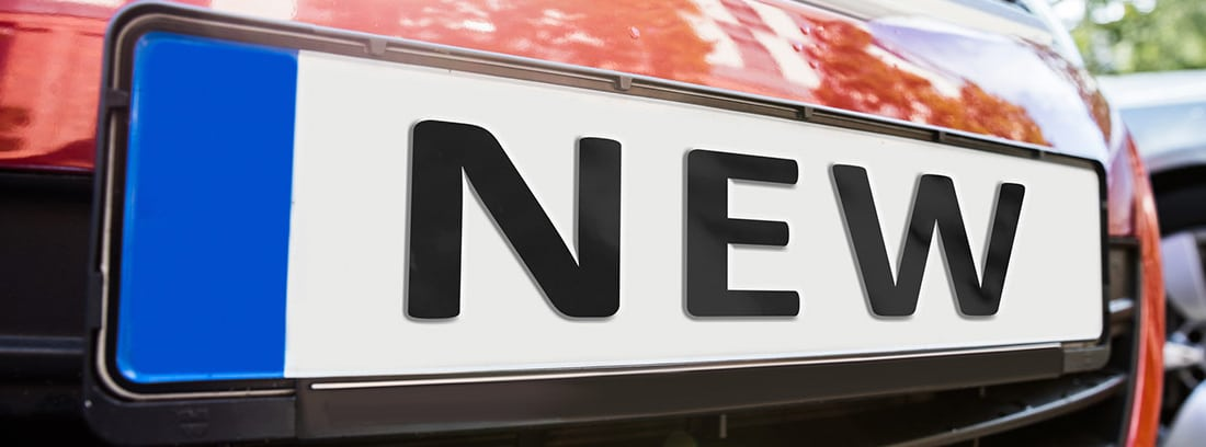 Matrícula de un coche en la que se lee NEW