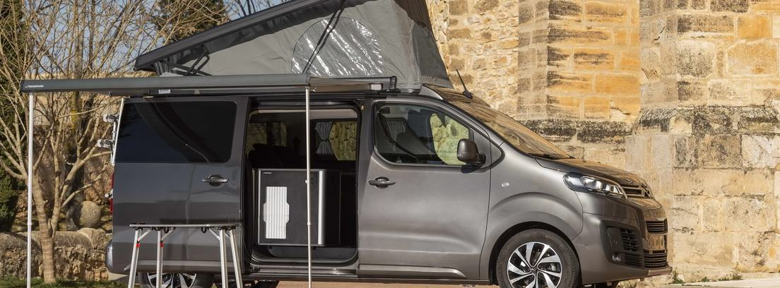 Citroën Spacetourer con el portón lateral abierto, el techo elevado y un toldo desplegado estacionada