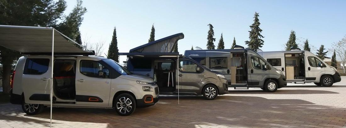 Cuatro vehículos Citroën camperizados abiertos y estacionados