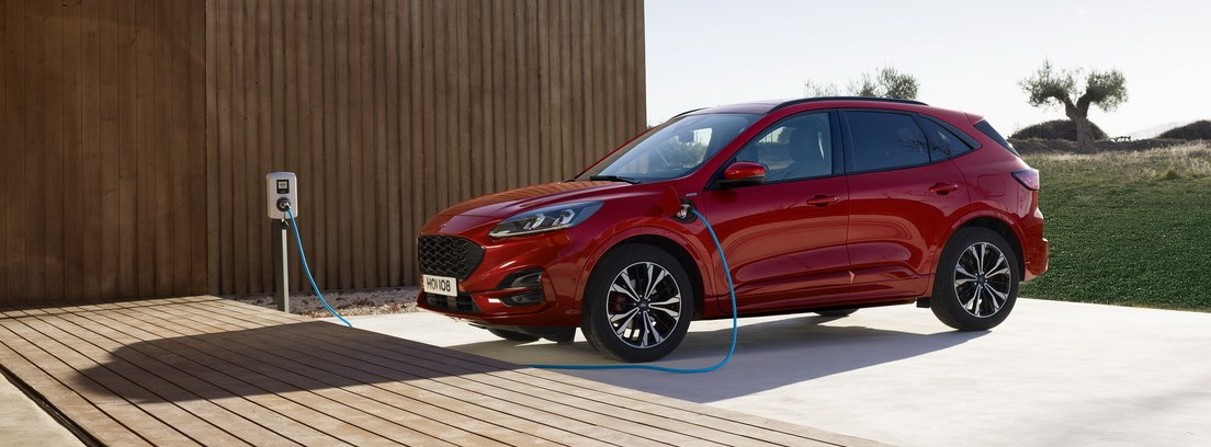 Nuevo Ford Kuga 2020 rojo enchufado durante la carga