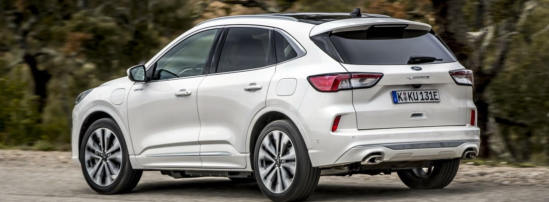 Vista lateral/trasera del nuevo Ford Kuga 2020 blanco circulando