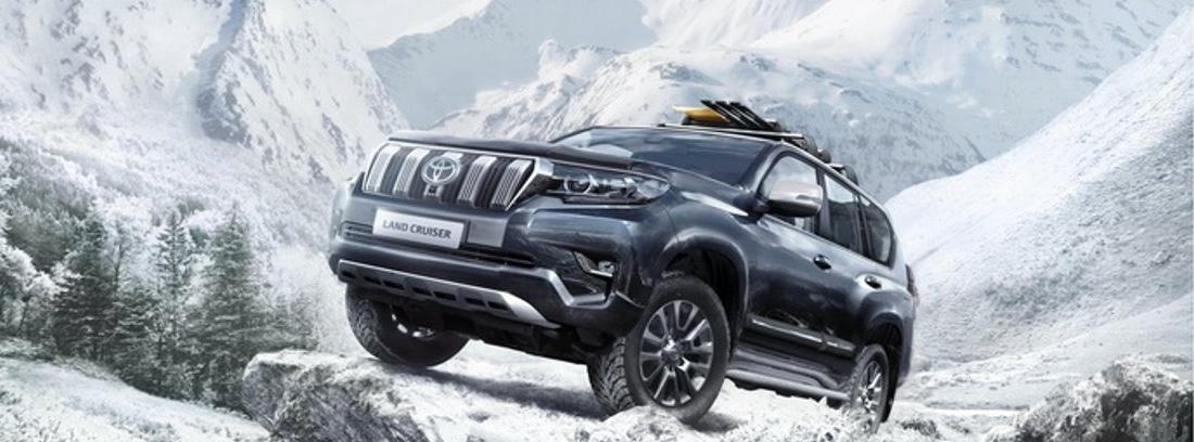 Toyota Land Cruiser 2021 entre montañas nevadas