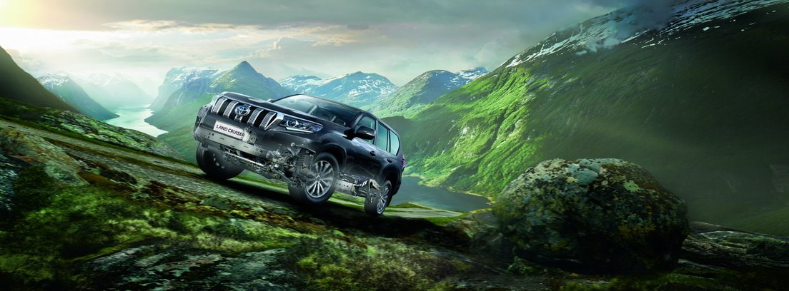 Toyota Land Cruiser 2021 en un paisaje verde con montañas de fondo