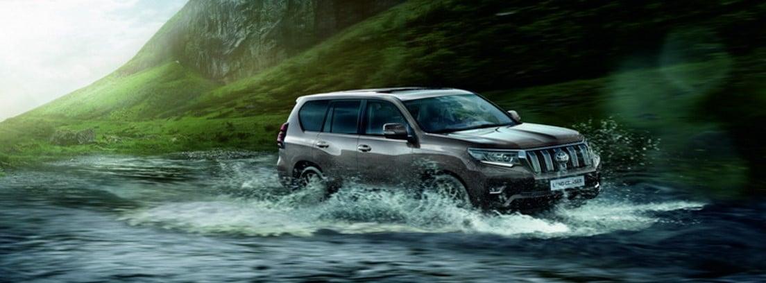 Toyota Land Cruiser 2021 circulando sobre un río