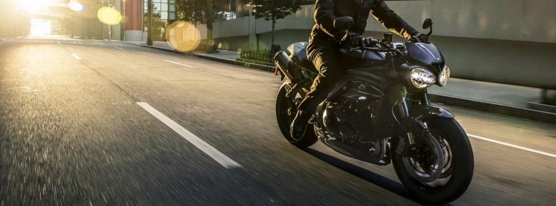 Triumph Speed Triple RS circulando en carretera