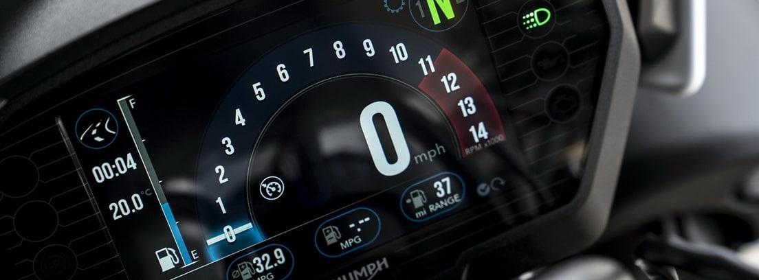 "Detalle de la pantalla TFT de 5"" de la Triumph Speed Triple RS"